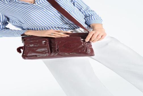 Handtaschen Kipling Coralie weinrot ansicht von unten / tasche getragen
