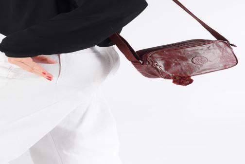 Handtaschen kipling Dee weinrot ansicht von unten / tasche getragen