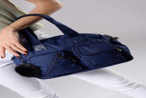 Handtaschen kipling Defea Up blau ansicht von unten / tasche getragen