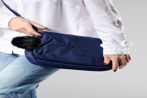 Handtaschen kipling Earthbeat M blau ansicht von unten / tasche getragen