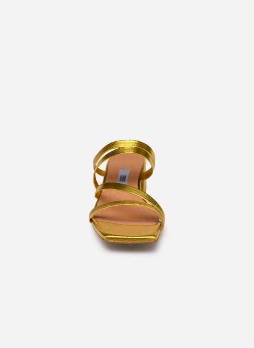 Zoccoli Miista EVA Oro e bronzo modello indossato