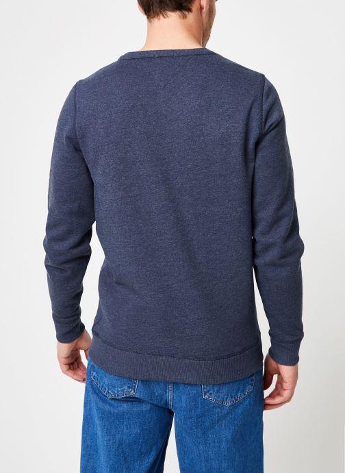 Vêtements Tommy Jeans TJM ORIGINAL SWEATSHIRT Bleu vue portées chaussures