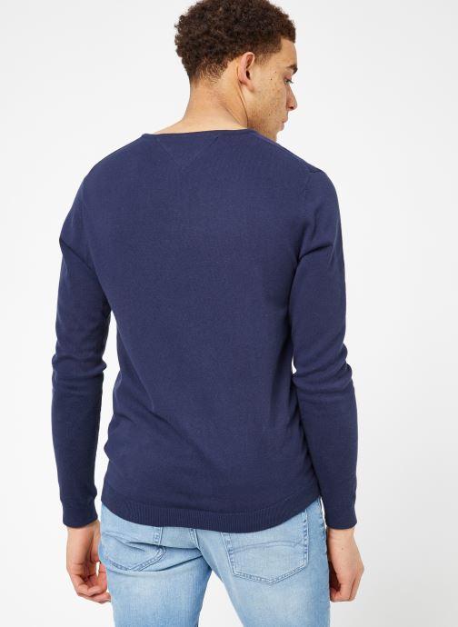 Vêtements Tommy Jeans TJM ORIGINAL V NECK SWEATER Bleu vue portées chaussures