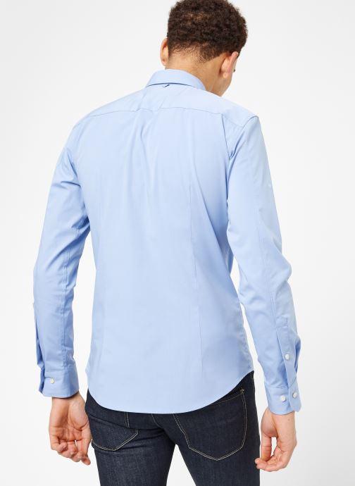 Vêtements Tommy Jeans TJM ORIGINAL STRETCH SHIRT Bleu vue portées chaussures