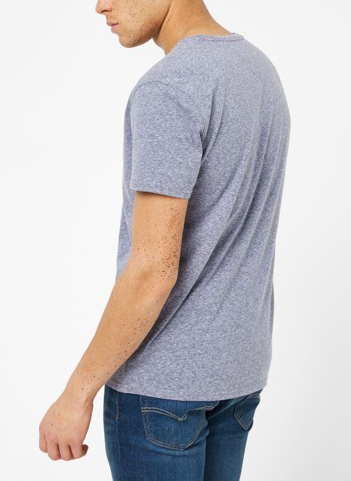 Vêtements Tommy Jeans TJM ORIGINAL TRIBLEND V NECK TEE Bleu vue portées chaussures