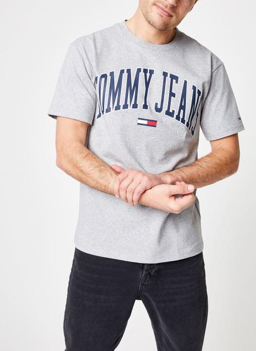 Tøj Tommy Jeans TJM COLLEGIATE LOGO TEE Grå detaljeret billede af skoene