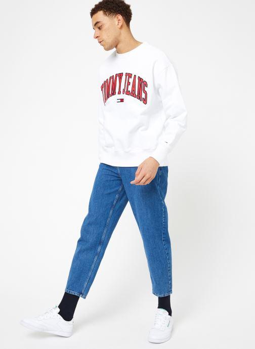 Vêtements Tommy Jeans TJM CLEAN COLLEGIATE CREW Blanc vue bas / vue portée sac