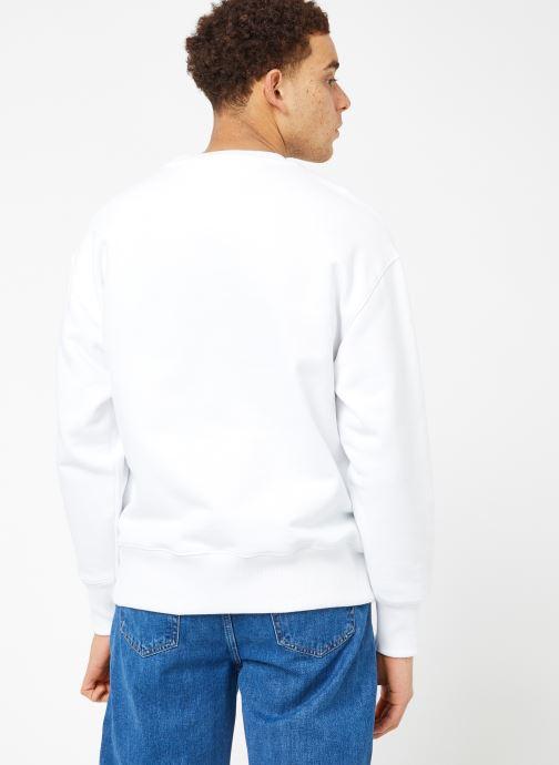 Vêtements Tommy Jeans TJM CLEAN COLLEGIATE CREW Blanc vue portées chaussures