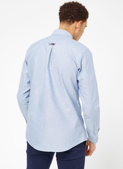 Vêtements Tommy Jeans TJM CLASSICS OXFORD SHIRT Bleu vue portées chaussures