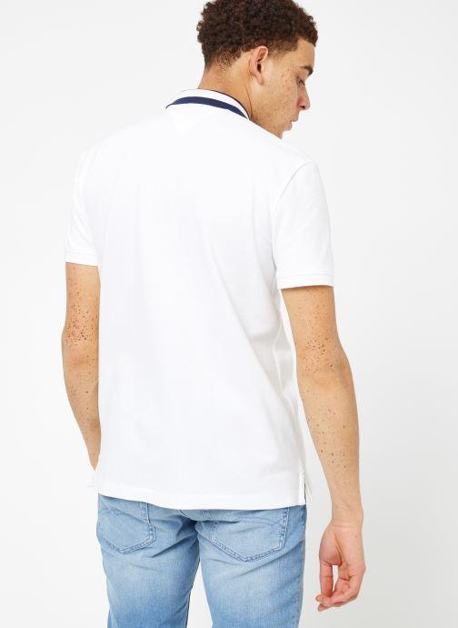 Vêtements Tommy Jeans TJM TIPPED COLLAR POLO Blanc vue portées chaussures