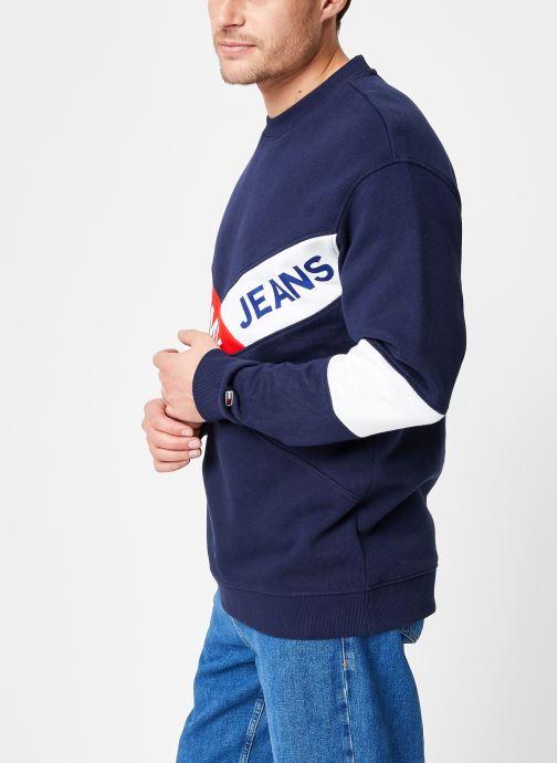 Tøj Tommy Jeans TJM CHEVRON CREW Blå Se fra højre