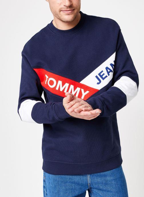 Tøj Tommy Jeans TJM CHEVRON CREW Blå detaljeret billede af skoene
