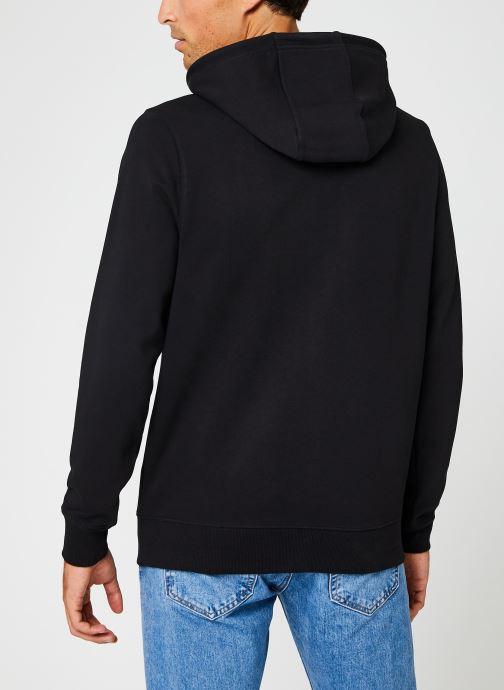 Vêtements Tommy Jeans TJM ESSENTIAL GRAPHIC HOODIE Noir vue portées chaussures