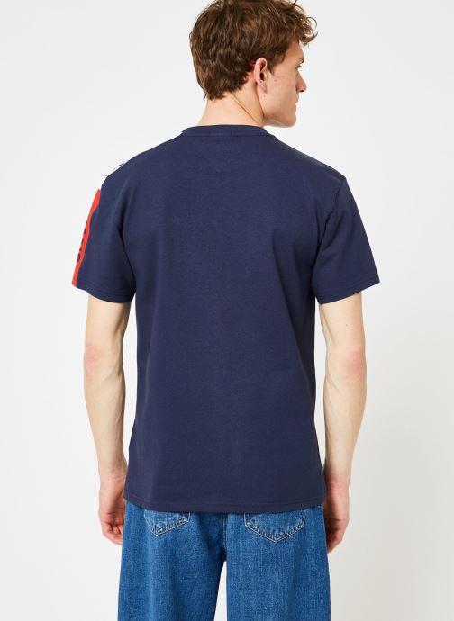 Vêtements Tommy Jeans TJM SLEEVE GRAPHIC TEE Bleu vue portées chaussures