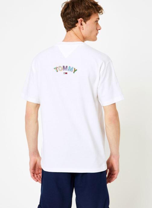 Vêtements Tommy Jeans TJM RETRO GEO TEE Blanc vue portées chaussures