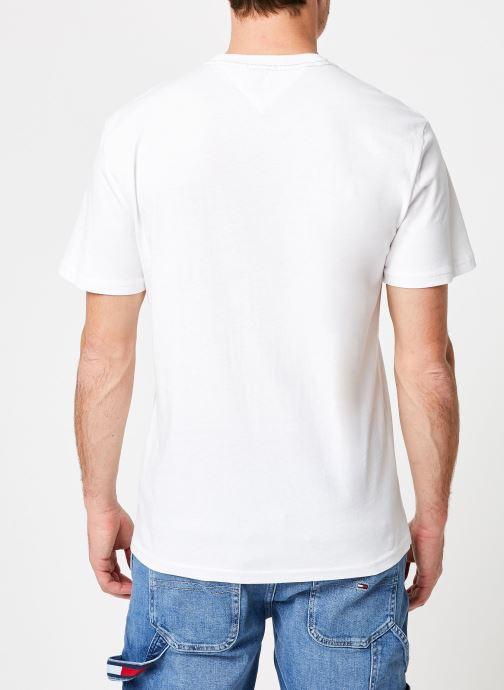 Vêtements Tommy Jeans TJM ESSENTIAL BOX LOGO TEE Blanc vue portées chaussures