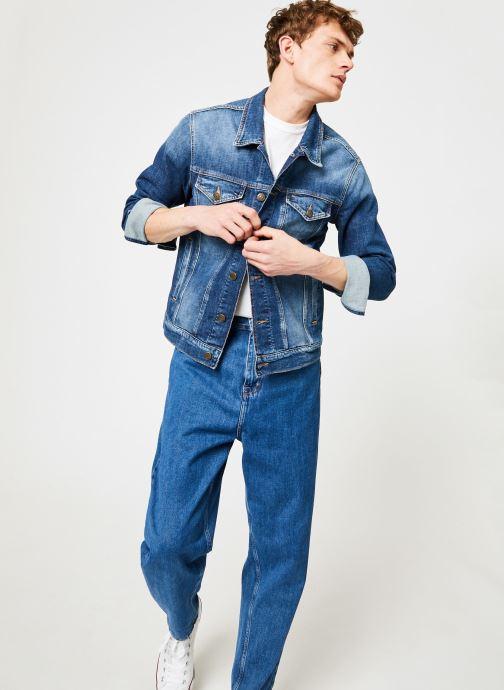 Vêtements Tommy Jeans REGULAR TRUCKER JACKET ELKDK Bleu vue bas / vue portée sac