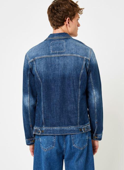 Vêtements Tommy Jeans REGULAR TRUCKER JACKET ELKDK Bleu vue portées chaussures