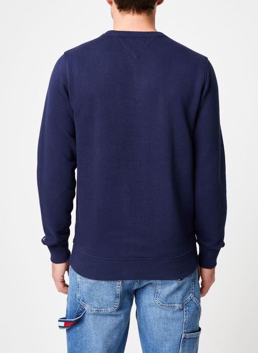 Vêtements Tommy Jeans TJM ESSENTIAL LOGO CREW Bleu vue portées chaussures