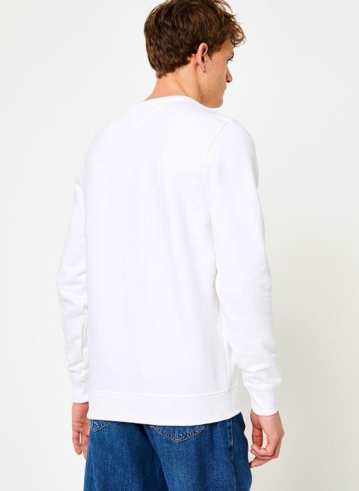 Vêtements Tommy Jeans TJM ESSENTIAL LOGO CREW Blanc vue portées chaussures