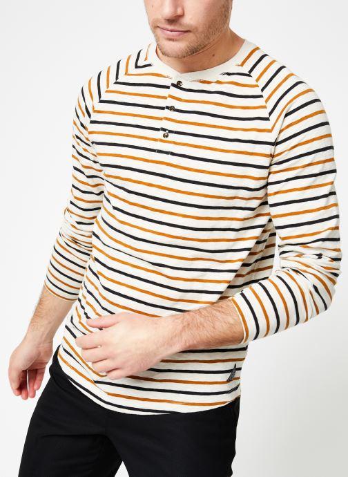 Vêtements Scotch & Soda Longsleeve grandad tee in slub jersey quality Beige vue détail/paire