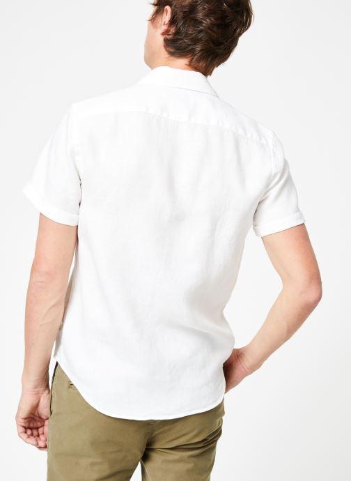 Vêtements Scotch & Soda REGULAR FIT- Garment-dyed linen shortsleeve shirt Blanc vue portées chaussures