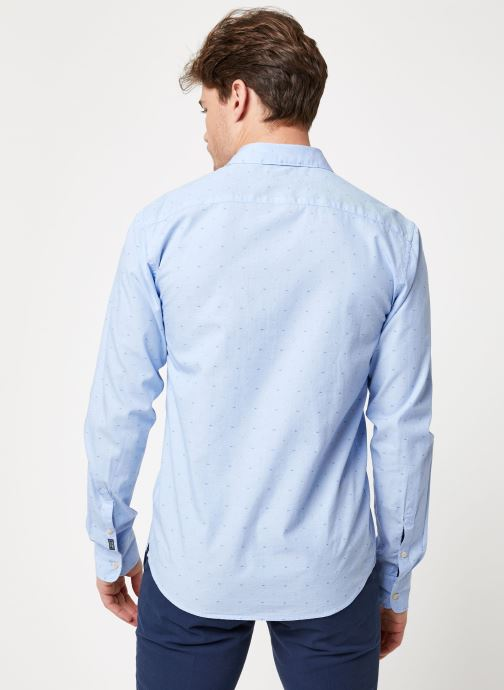 Vêtements Scotch & Soda REGULAR FIT- Shirt with sleeve collectors and fixed pochet Bleu vue portées chaussures