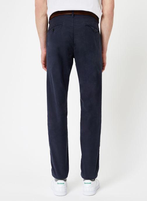 Vêtements Scotch & Soda STUART-Classic garment dyed chino Bleu vue portées chaussures