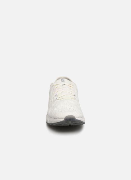 Sneakers Under Armour UA HOVR Sonic 2 Bianco modello indossato