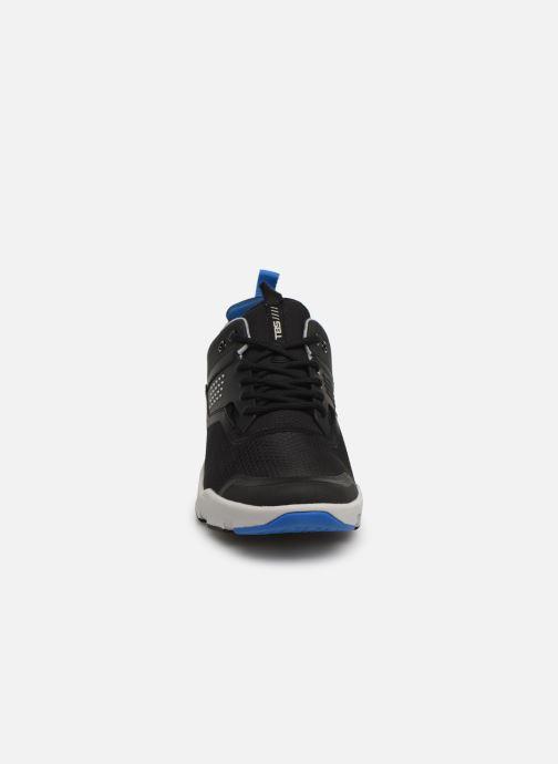 Sneakers TBS Forward Nero modello indossato