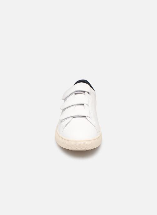 Deportivas Clae Bradley Velcro Blanco vista del modelo