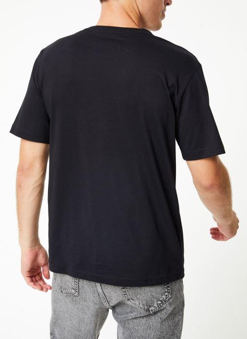 Vêtements Calvin Klein Jeans CHEST STRIPE INSTIT SLIM SS Noir vue portées chaussures