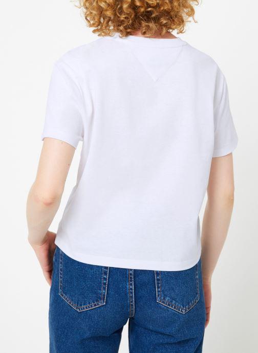 Vêtements Tommy Jeans TJW TOMMY BADGE TEE Blanc vue portées chaussures