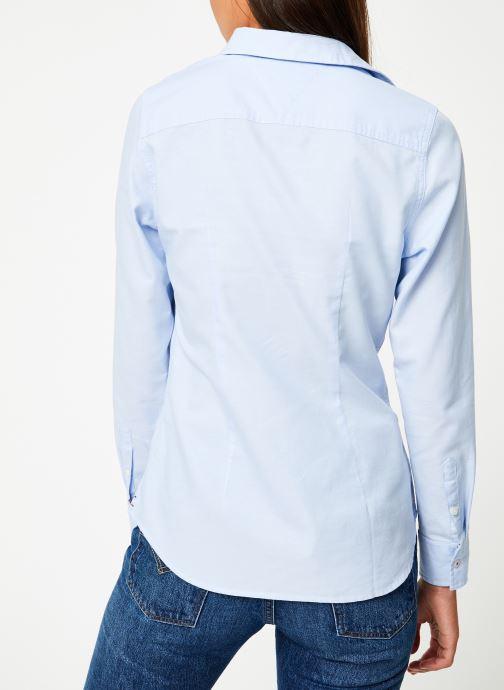 Vêtements Tommy Jeans TJW SLIM FIT OXFORD SHIRT Bleu vue portées chaussures