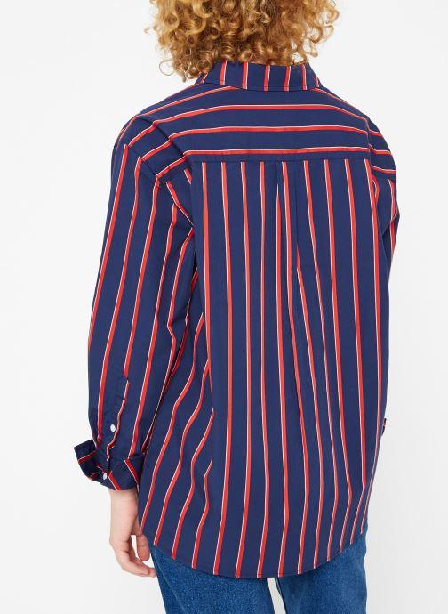 Vêtements Tommy Jeans TJW MULTISTRIPE LOGO SHIRT Bleu vue portées chaussures