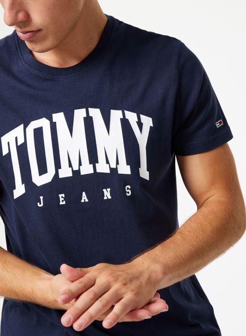 Tøj Tommy Jeans TJM ESSENTIAL LOGO TEE Blå detaljeret billede af skoene