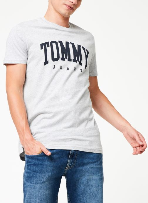 Vêtements Tommy Jeans TJM ESSENTIAL LOGO TEE Gris vue détail/paire
