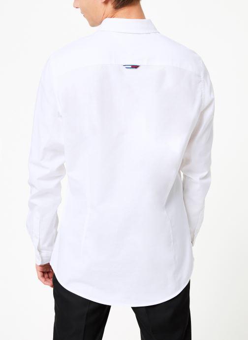 Vêtements Tommy Jeans TJM STRETCH OXFORD SHIRT Blanc vue portées chaussures