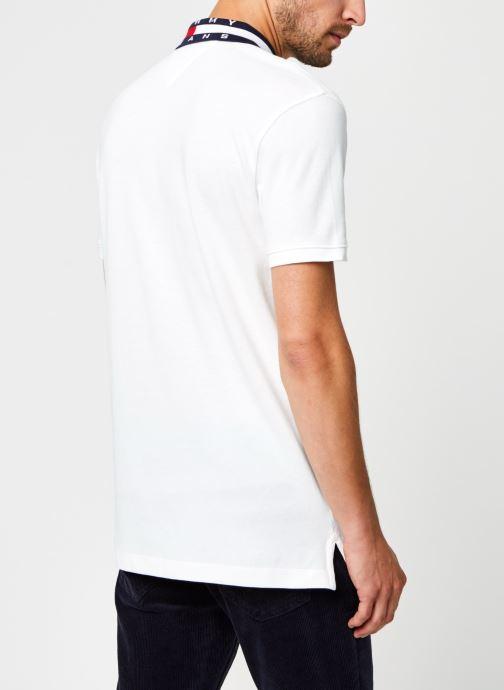 Vêtements Tommy Jeans TJM FLAG NECK POLO Blanc vue portées chaussures