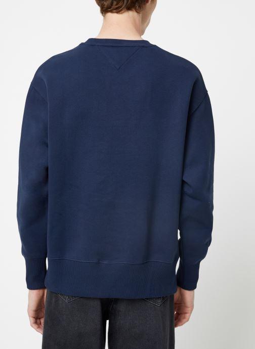 Vêtements Tommy Jeans TJM TOMMY JEANS BADGE CREW Bleu vue portées chaussures