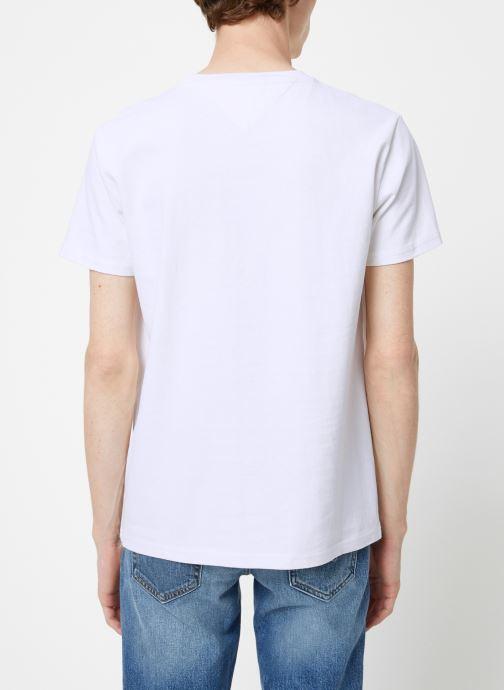 Vêtements Tommy Jeans TJM TOMMY JEANS BADGE TEE Blanc vue portées chaussures