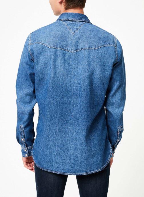 Vêtements Tommy Jeans WESTERN DENIM SHIRT MSMB Bleu vue portées chaussures