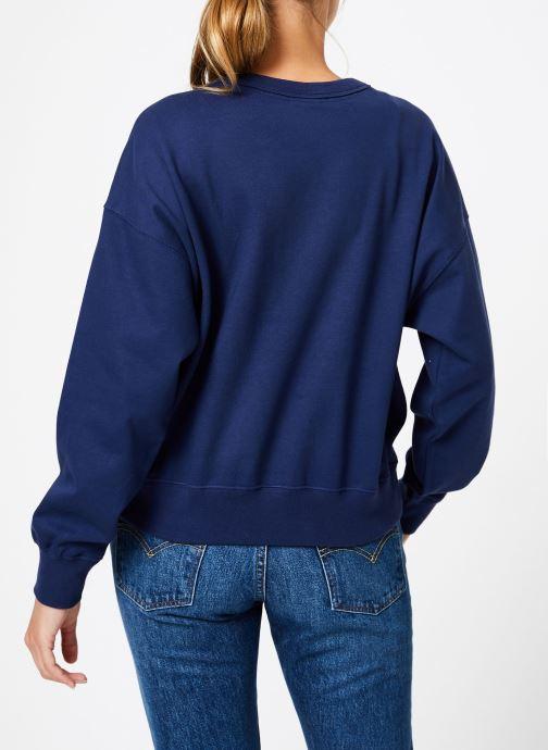 Vêtements Champion Champion Large Script Logo Crewneck Sweatshirt Bleu vue portées chaussures