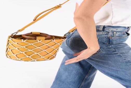 Handtaschen I Love Shoes BASSEAU Filet gelb ansicht von unten / tasche getragen