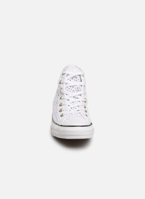 e686f6bd778e Baskets Converse Chuck Taylor All Star Handmade Crochet Hi Blanc vue portées  chaussures
