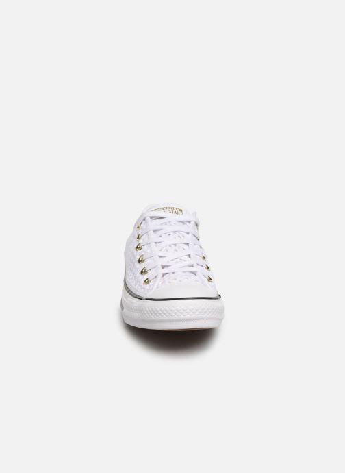 8d65ca32afb0 Baskets Converse Chuck Taylor All Star Handmade Crochet Ox Blanc vue portées  chaussures