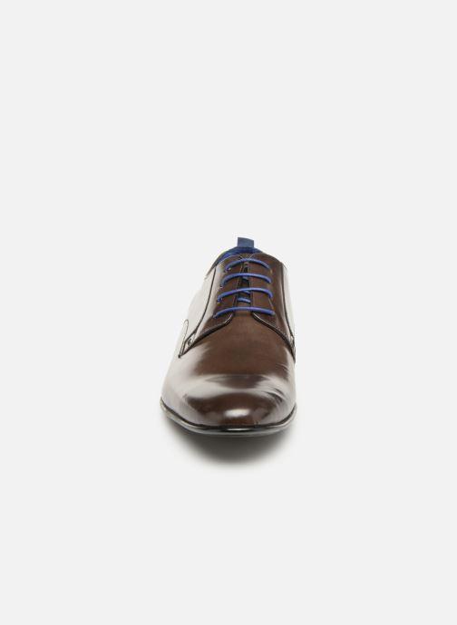 Scarpe con lacci Azzaro Monfort Marrone modello indossato