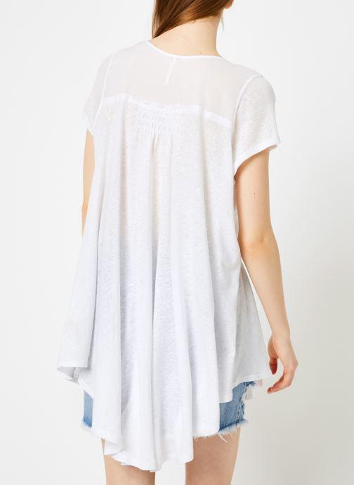 Vêtements Free People HIGHLAND TEE Blanc vue portées chaussures