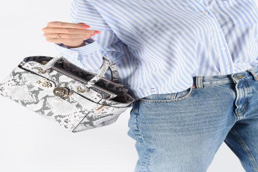 Bolsos de mano Guess CARINA SOCIETY SACTHEL Negro vista de abajo