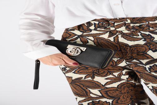 Petite Maroquinerie Guess CARINA LARGE ZIP AROUND Noir vue bas / vue portée sac
